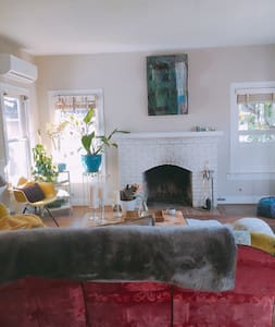 Artistic Oasis, Near Downtown, Private Bath - Huis