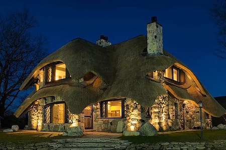The Thatch House: Earl Young Master Suite - Charlevoix - Villa