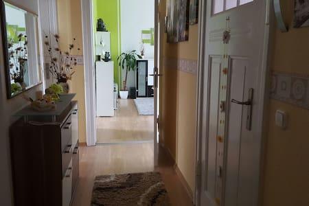 Gemütliches Zimmer für bis zu 2 Per - Lägenhet