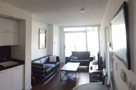 Fresh and crisp, suited for convenience downtown - Toronto - Appartement