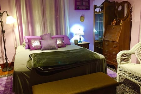 The Purple Room -- Sleeps 2 - HH BNB - Huis