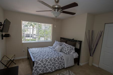 Comfy Private Room and Bath near Dolphin Mall - Doral - Townhouse