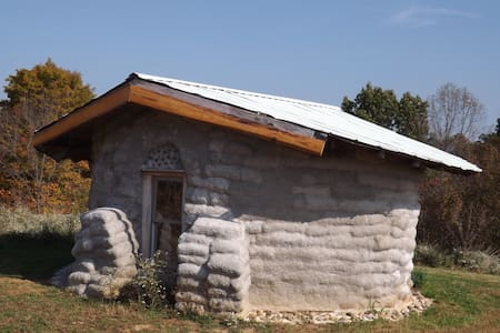 Little Earthbag House for retreat - Earth House