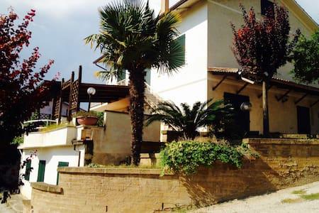 Casa tra le colline con vista panoramica - Civitanova Marche
