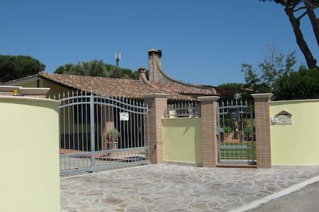 Villetta a 300metri dal mare con ampio giardino - Terracina - Villa