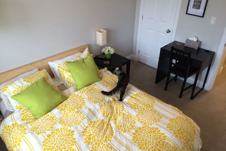 Queen Bed, Cozy Space! - Kingston - Huis