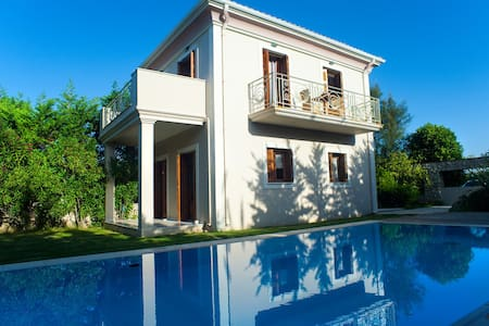 Aeriko-Varko Beachfront Villa with Stunning View and Private Pool. - LEFKADA