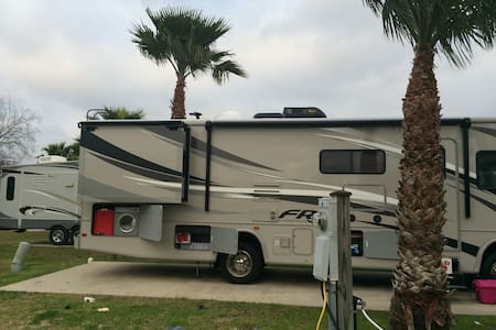 2015 30ft Class A RV +EASY TO USE+ - Camper/RV