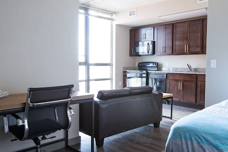 Beautiful Studio 1 block from UofM - Apartamento