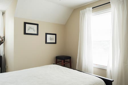 Peaceful upstairs room in quiet historic Belmont - Belmont - Casa