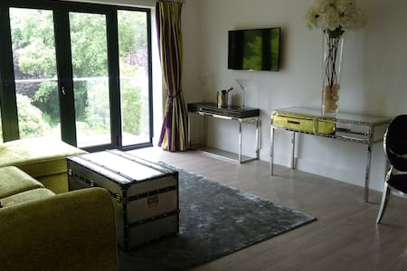 Beautiful, spacious, 2 bed balcony apartment - Apartamento