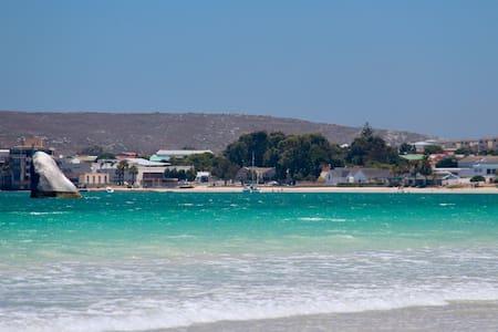The Beach House - Main Residence & Flatlet - Saldanha - Huis