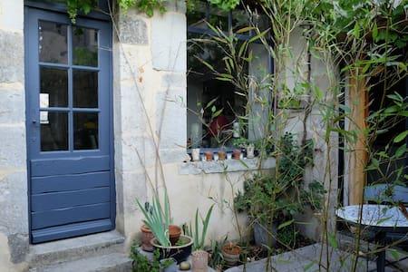 Maison d'artiste au coeur de Noyers - Bed & Breakfast