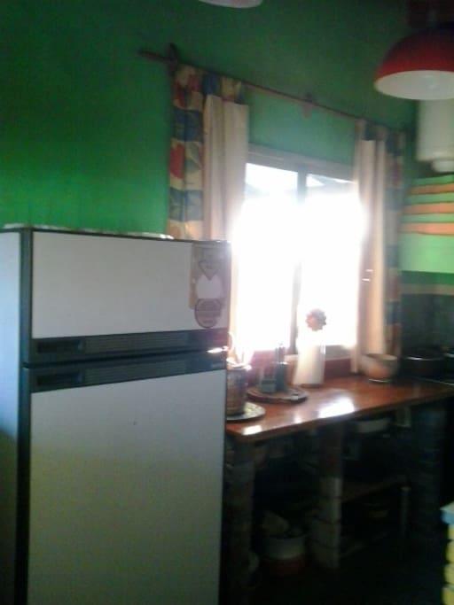 cocina completa  con luz y mucho color