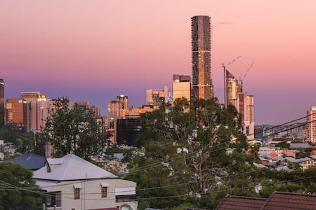 Inner-city 2 bdrm apt + city views - Daire
