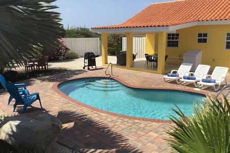 Cosy home with great outdoor pool, garden & porch - Casa