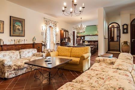 Villa immersa nel verde privato - Sessa Aurunca