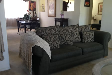 Private room in Estate sized home, gated community - Palmdale - House