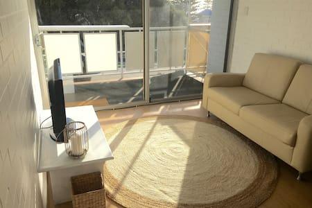 Charming Coastal Apartment - Cottesloe - Lägenhet