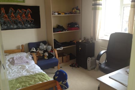 Lovely Large Single Room - Uxbridge - House
