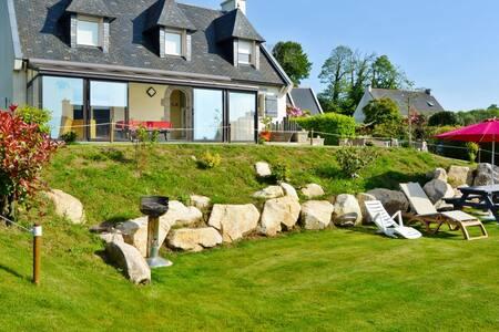 Comfortable house with verdant garden - Huis