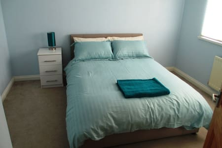 Private bedroom in quiet property close to the sea - Huis