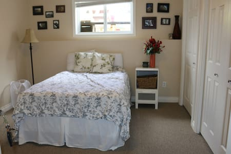 Sunny Room- North Lethbridge (Double Bed) - Hus