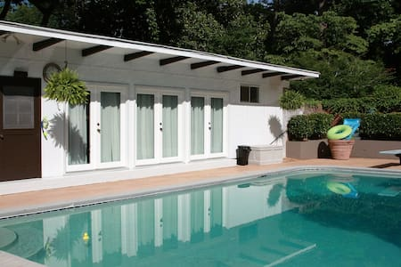 Private Studio Guest House with Pool - House