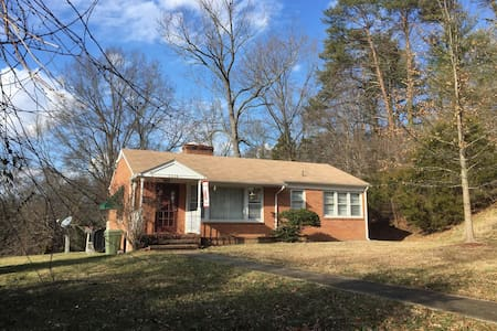 Quaint Home One Mile from Longwood - Farmville - House