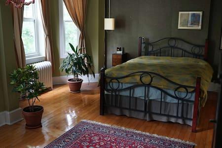 Belle grande chambre dans quartier tranquille - Montreal - Huis
