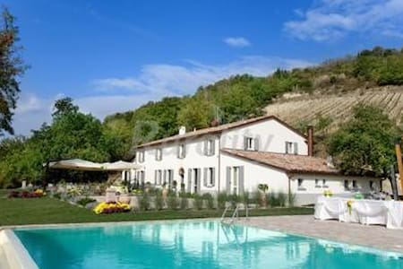 Camere con bagno e aria cond. in villa con piscina - Bertinoro