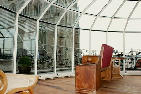 Waking up in a unique Penthouse. Surrounded by glass the view of the old centre of Haarlem is stunning. The marmer and jacuzzi create ''the Italian class''. Supercentral located you get a variety of quality restaurants and trendy boutiques. Enjoy!
