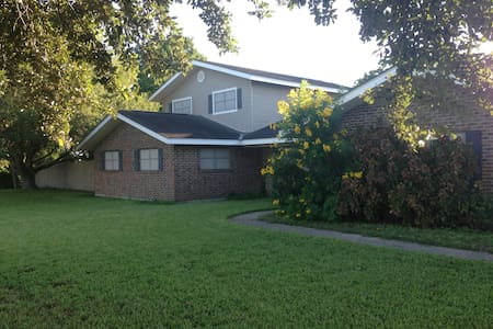 Convenient. Comfy. Quiet Home with Pool - Weslaco - House