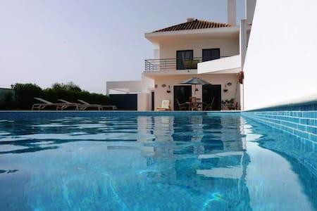 villa moderne, piscine et jardin privés, 9 pers - Villa