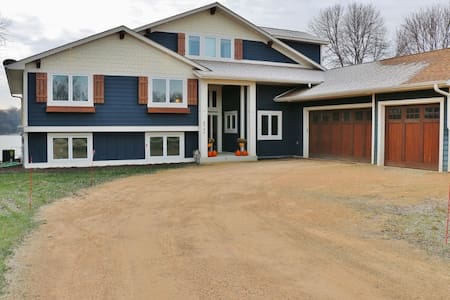 Beautiful 6 Bedroom Lakeshore Home in Waconia - Wohnung