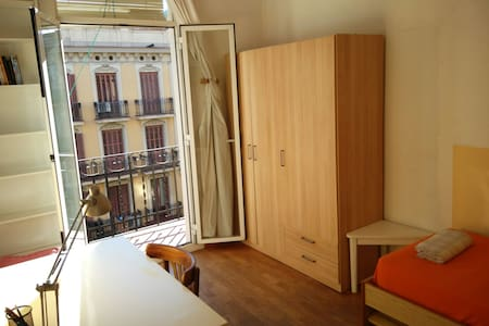 Comfy and sunny room in the center - Barcelona - Apartment