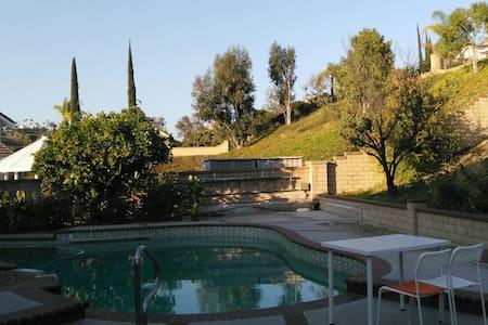 3 特价高档住宅雅房干净明亮,出门是公园商业街。果树花园游泳池 - Walnut - House