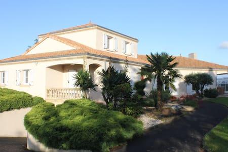 Villa 4BR family&quiet pool&games - Beaupreau