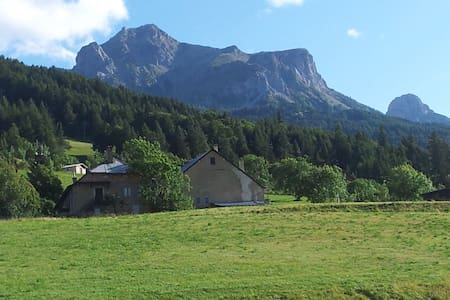 Location appartement dans chalet - Enchastrayes - House