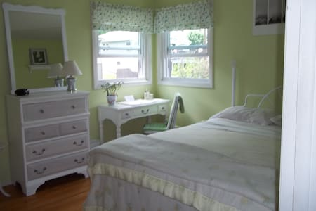 Private bedroom in quiet Irondequoit neighborhood - Huis