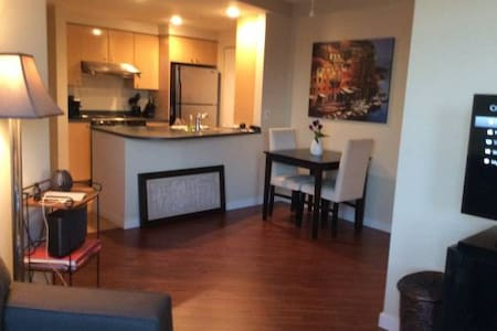 Oh so Cozy & Bright + Great View! - Vancouver - Appartement