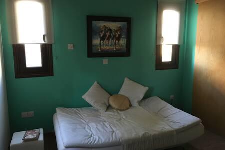 PRIVATE BEDROOM & BATHROOM - Nicósia