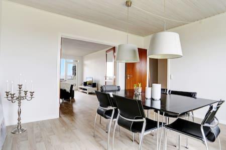 Stor flot nyrenoveret 4 værelseslejlighed m/altan - Randers - Pis