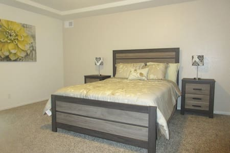 Private Floor (860 sq ft) in brand new home - Denver - House
