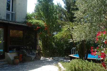 Villa 100m2, 6 personnes, au vert, près des plages - Castries - Villa
