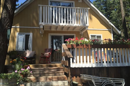 Quiet 1 Bdrm walk to beach & trails - Lakás