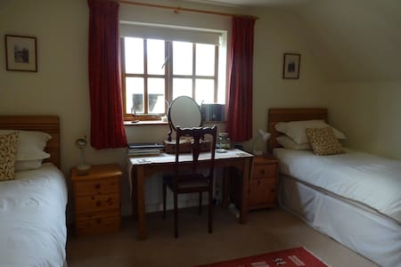 Cosy but spacious twin bedded room - Surrey
