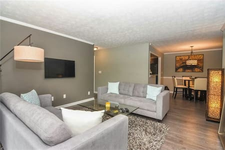 Modern 2 bedroom condominium in sandy springs - Apartment