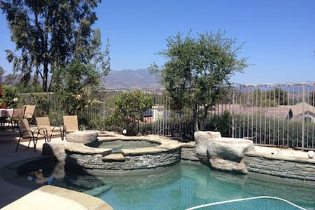 Bed in large home with view! - Lake Forest - Casa