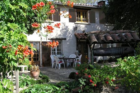 Red room in renovated French farmhouse - Saint-Jean-de-Marcel - Bed & Breakfast